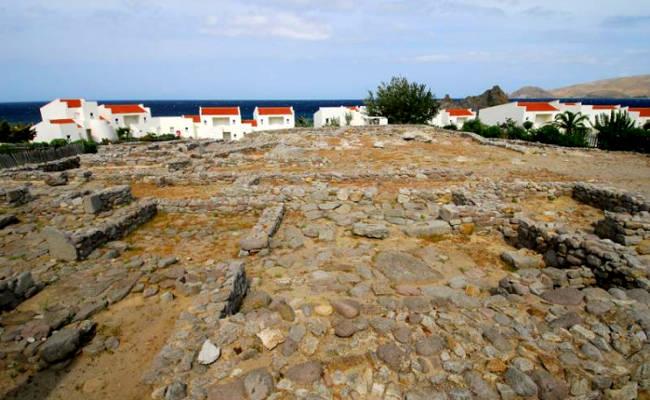 I resti archeologici del santuario della dea Artemide a Myrina.