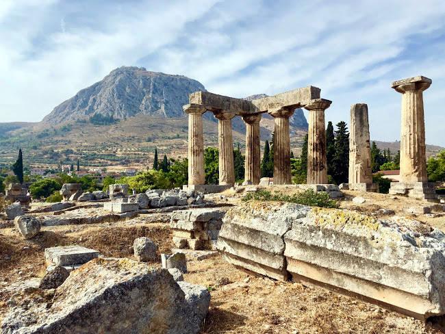 Il sito archeologico dell'Antica Corinto con il Tempio di Apollo.