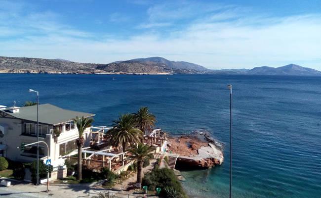 Un tratto del bellissimo mare di Varkiza, a 25km da Atene.