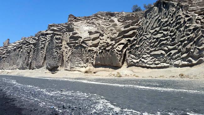 Le grandi pareti di pomice che riparano la spiaggia libera di Vlichada.